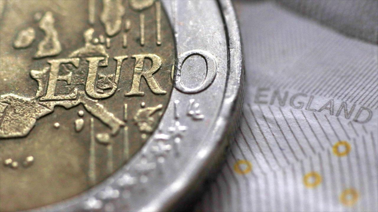 Euro drops to 28 month low on growth concerns - Euro drops to 28 month low on growth concerns